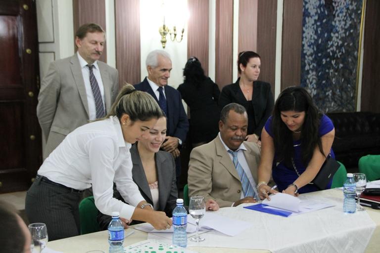 Convenio entre universidades Rusia y Guantanamera en Feria Internacional de La Habana / Foto: Cortesía de la UG