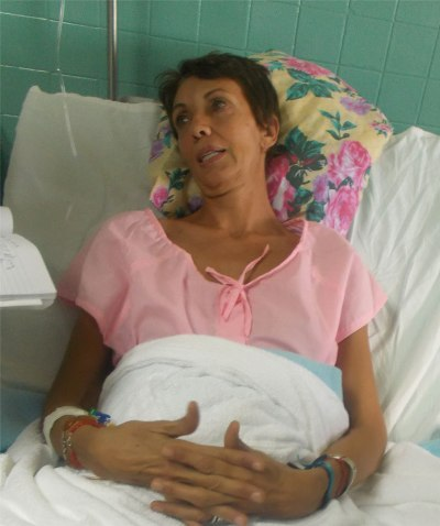 """Federica July, francesa radicada en Nueva Caledonia, con muchos golpes leves agradeció las atenciones médicas y exaltó la solidaridad de los cubanos. """"Un coche privado me trasladó hasta el hospital y cuando llegamos todo estaba listo para recibirnos"""", dijo."""